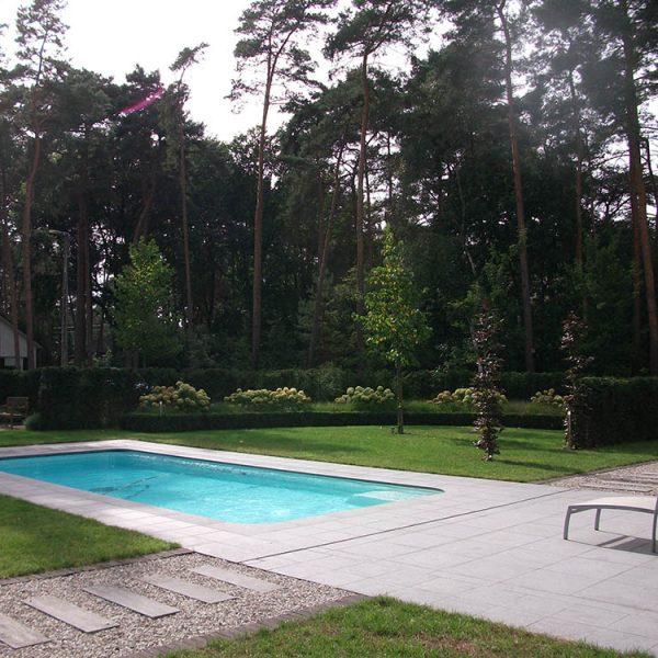 Modern Zwembad plaatsen. klassiek zwembad op maat. Aanleg zwembad.